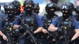 Unidades antiterroristas patrullan el área cerca del puente de Londres donde sucedieron los ataques