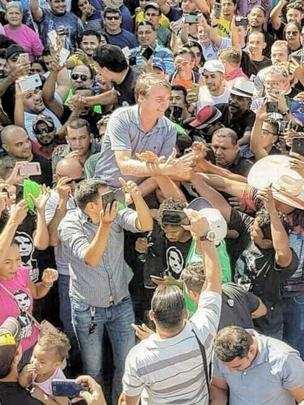 Jair Bolsonaro cercado por apoiadores no Pará