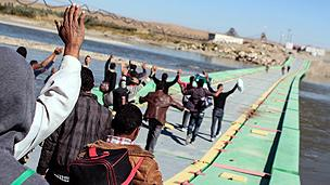 Syrian refugees try to cross into northern Iraq