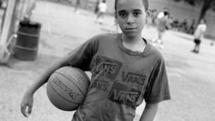 Joven jugador de basquetbol en una parque antes de las oraciones del viernes.