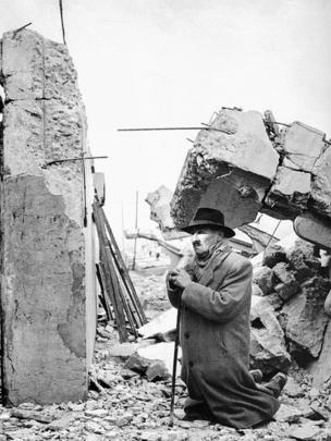 Un hombre arrodillado ante los escombros tras el terremoto de Valdivia, Chile, en 1960.