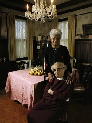 Septima Clark, sentada, y Bernice Robinson, otra maestra de las Escuelas de Ciudadanía.
