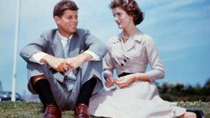 John F. Kennedy 22 Kasım 1963 yılında uğradığı suikast sonucu öldürülene kadar evlilikleri devam etti. Bu fotoğrafta, evliliklerinden birkaç ay önce Kennedy ailesinin Massachusetts eyaletindeki evlerinde görülüyorlar.
