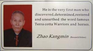 """Zhao repartía esta tarjeta a los visitantes del Museo. En ella se lee: """"Él es el verdadero hombre que descubrió, determinó, restauró y desenterró los mundialmente conocidos Guerreros y Caballos de Terracota."""