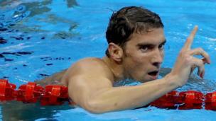 Michael Phelps hace una señal con su dedo índice indicando que es el número uno del mundo