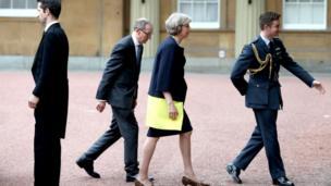 キャメロン氏の正式な辞任を受けて、夫とバッキンガム宮殿を訪れたメイ氏