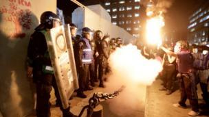 متظاهرون يواجهون رجال الأمن خلال احتجاجات في مدينة مكسيكو سيتي في المكسيك.