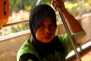 Imagen de una mujer con un velo en la cabeza