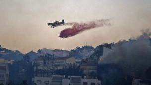 Yangın söndürme çalışmalarında kullanılan bir uçak