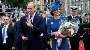 У здания законодательного собрания Британской Колумбии герцога и герцогиню тепло встретили местные жители.