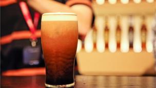 Londra'da bir bardak (pint) biranın fiyatı 1,60 sterlindi. Bir bardak biranın fiyatı üç katına çıktı