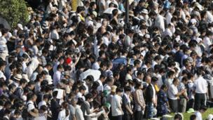 Жыл сайын Хиросимада он миңдеген япониялыктар чогулуп, каза тапкандарды эскеришет.