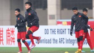 Các cầu thủ luyện tập trong thời tiết lạnh 4 độ C.