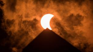 Washington D.C.: ABD'nin batı kıyısından doğusuna kadar izlenebilen tam güneş tutulması gerçekleşti. Güneş tutulması Washington Anıtı'nın arkasından böyle göründü.