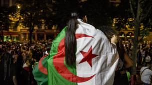 بعض مشجعي الجزائر احتفلوا بتوشح العلم الوطني للبلاد، في شوارع مدينة ستراسبورغ الفرنسية.