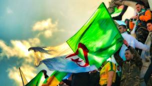 Les manifestations de la diaspora algérienne se poursuivent en France alors que le président algérien a renoncé à un 5ème mandat depuis le 11 mars 2019.