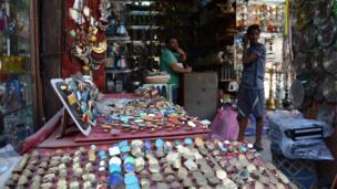 Vendeur de bijoux authentiques dans les rues de la capitale égyptienne.