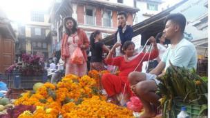 बसन्तपुरमा फूल बेच्दै