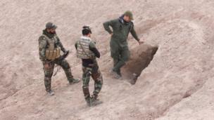 جنود يقفون أمام نفق