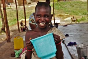 Une petite fille à la borne du camp venue puiser de l'eau.