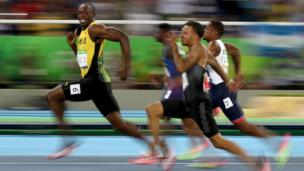 Usain Bolt posa para la cámara mientras corre