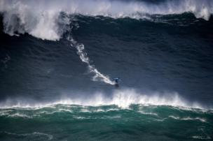 شخص يركب الأمواج