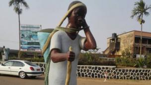 Statue de la femme rurale à Melong (Cameroun)