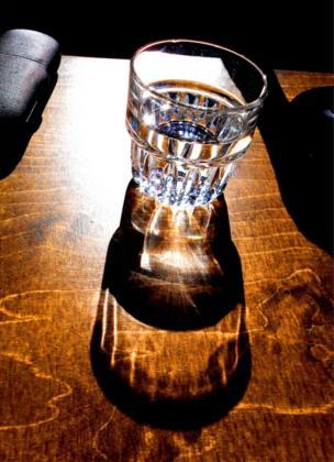 El relejo de un vaso con agua