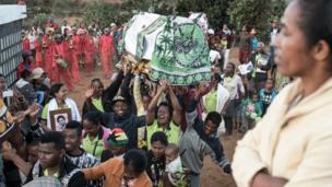 """Dans les hautes terres centrales de Madagascar, les vivants montrent leur amour et leur respect pour leurs ancêtres lors du """"famadihana"""" ou retournement des morts."""
