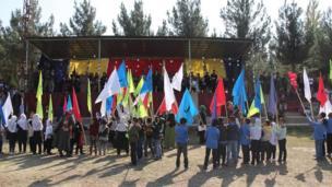بازی با الفبا نام بخشی بود که کودکان پرچمهای مزین به حروف الفبا را از جنگل الفبا ( پرچمهای نامنظم در میدان) برمیداشتند و صف الفبا را میساختند. این مسابقه بین چهار مکتب ابتدایی فیض آباد بود.