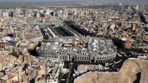 صورة من أعلى لحشود الزوار في الشوارع المؤدية لمرقدي الحسين والعباس في كربلاء