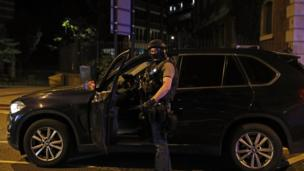 London Bridge çevresindeki silahlı bir polis