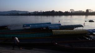 บรรยากาศท่าเรือในยามเช้าที่อำเภอเชียงของ