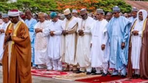 Aarẹ Muhammadu Buhari n gbadura ni Yidi