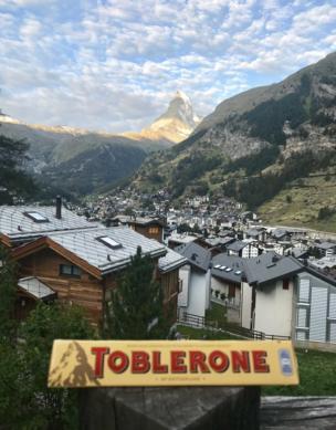 Un Toblerone en el paisaje suizo.