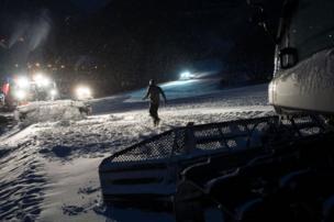 عضو بفريق صيانة مضامير التزلج يقوم بعمله.