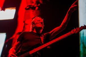 Penyanyi dan penulis lagu Inggris Roger Waters tampil di Papp Laszlo Sports Arena di Budapest, Hongaria.