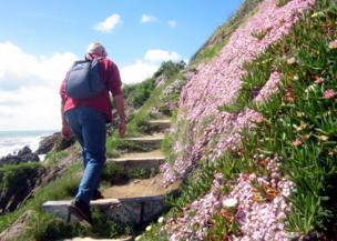 Hombre caminando en una montaña.