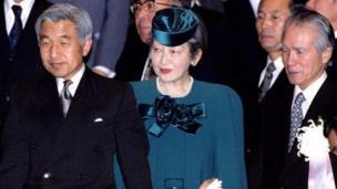 1995年12月18日、国立劇場で行われた戦後50周年記念式典に出席した天皇夫妻。右は村山富市首相(当時)。