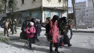 ชาวบ้านหลายคนสามารถหลบหนีออกจากเขตที่ถูกทิ้งระเบิดโจมตีอย่างหนัก