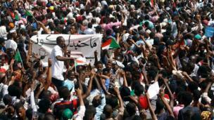 Yadda 'yan Sudan suka fita bisa titunan birnin Omdurman na kasar Sudan kenan suna murnar hambareal-Bashir daga mukaminsa na shugaban kasa bayan ya shafe shekara 30 yana mulki.