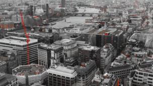 Una vista de Londres que está en blanco y negro.