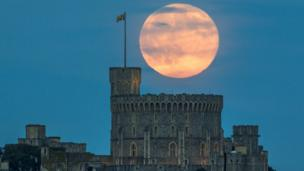 Strawberry moon over the Round Tower of Windsor Castle, UK. Credit: Gabriel Jiménez