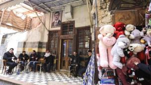 大马士革旧城区一家餐厅入口挂着阿萨德总统的头像