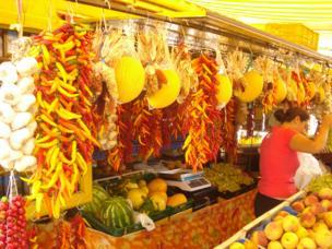 Pimientos colgados en un toldo de un mercado en Positano, Italia.