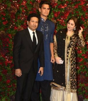 पूर्व क्रिकेटर सचिन तेंदुलकर पत्नी अंजली और बेटे अर्जुन के साथ