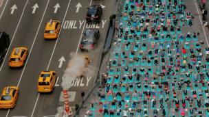 أشخاص يشاركون في تمرين لرياضة اليوغا في نيويورك