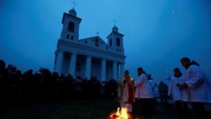Người dân Công giáo ở làng Ragotna, Belarus, tập trung sau khi mặt trời lặn để thắp lửa Phục sinh.