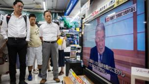 People in a electronics store in Tokyo, Japan, 08 August 2016 watch a TV screen broadcasting Japanese Emperor Akihito, 82, delivering a video message to the public.
