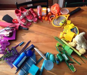 Objetos coloridos formando una rueda en una mesa.